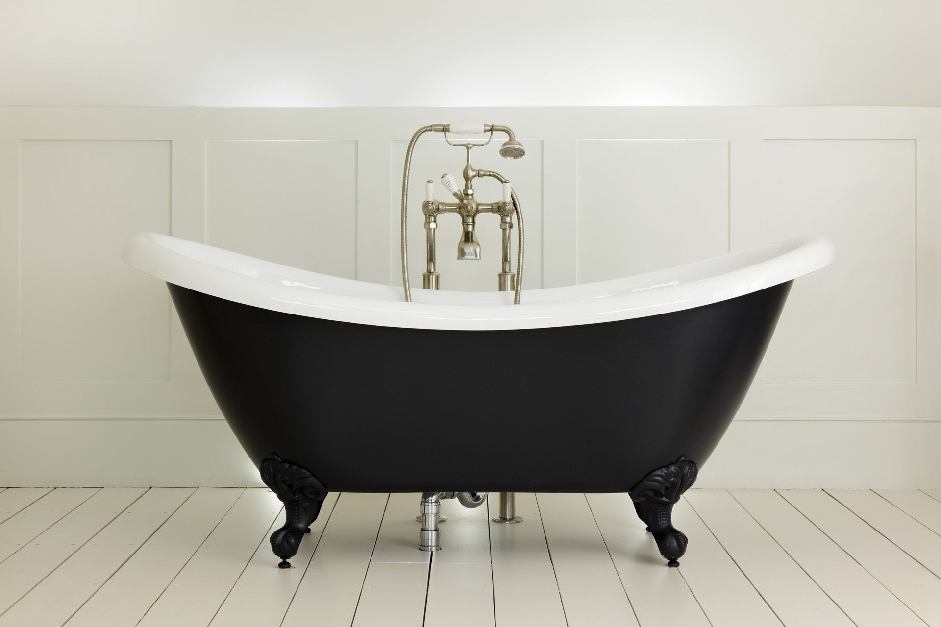 Freestanding roll top bath black